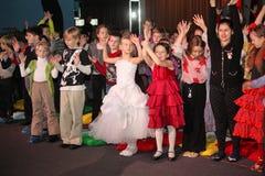 Jonge schouwburgbezoekers kinderen die enthousiast van het Kerstmispoppenspel van kinderen op het theater Smeshariki letten Stock Afbeeldingen