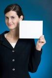 Jonge secretaresse of onderneemster met lege notakaart Royalty-vrije Stock Fotografie
