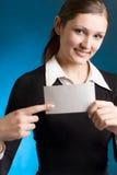 Jonge secretaresse of onderneemster met lege notakaart Royalty-vrije Stock Foto's