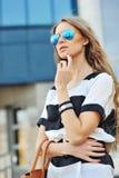 Jonge sensuele en mooie vrouw in een modieuze kleding met bedelaars royalty-vrije stock foto