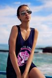 Jonge sensuele vrouw die met stromend haar bij strand lopen Stock Foto's