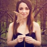 Jonge sensuele vrouw in houten harmonie met aard Royalty-vrije Stock Afbeeldingen