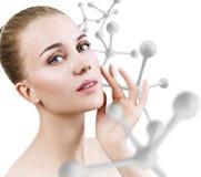 Jonge sensuele vrouw met grote witte moleculeketting Stock Foto's