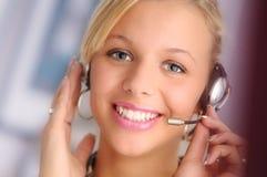Jonge sexy blonde haarexploitant met hoofdtelefoon royalty-vrije stock afbeelding