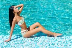 Jonge, sexy en mooie vrouw in een zwempak Royalty-vrije Stock Foto