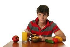 Jonge Mens die Zijn Ontbijt eet Stock Foto