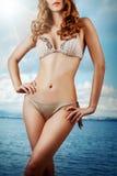 Sexy slanke vrouw in beige bikini Royalty-vrije Stock Fotografie