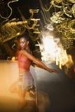 Jonge sexy vrouw in de Stad van New York, New York bij nacht. Royalty-vrije Stock Afbeeldingen