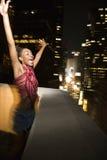 Jonge sexy vrouw in de Stad van New York, New York bij nacht. Stock Foto