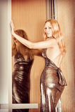 Jonge sexy vrouw die modieuze kleding draagt Stock Foto