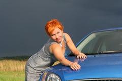 Jonge sexy vrouw en een auto stock fotografie