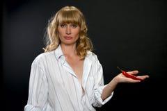 Jonge sexy vrouw met cayennepeper. Stock Foto