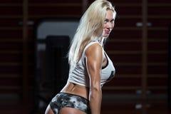 Jonge sexy vrouw na training in gymnastiek stock foto