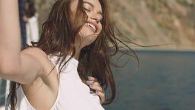 Jonge sexy vrouw op het jacht bij zonnige de zomerdag Stock Afbeeldingen