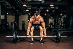 Jonge shirtless mens die deadlift oefening doen bij gymnastiek Stock Afbeelding