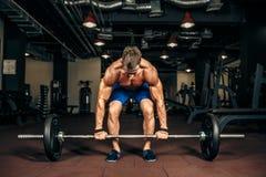 Jonge shirtless mens die deadlift oefening doen bij gymnastiek Royalty-vrije Stock Fotografie