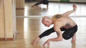 Jonge shirtless mens het praktizeren yoga binnen stock foto