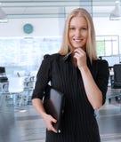 Jonge Skandinavische onderneemster op kantoor stock afbeelding
