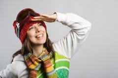jonge skiër die ergens kijkt Stock Afbeelding