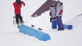 Jonge skiërdia op kicker bij skitoevlucht in bergen Extreme sport Mensen Kinderen uitdaging stock footage