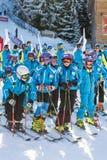 Jonge skiërs bij het openen van nieuw skiseizoen 2015-2016 Stock Foto's