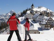 Jonge skiërs die panorama bekijken Stock Afbeelding