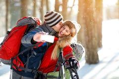 Jonge skiërs die terwijl het maken selfie kussen Royalty-vrije Stock Afbeelding