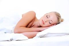 Jonge slaapvrouw die zoete dromen ziet Royalty-vrije Stock Foto's