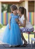 Jonge slanke blonde glimlachende moeder, tante of zuster die klein PR kussen royalty-vrije stock afbeeldingen