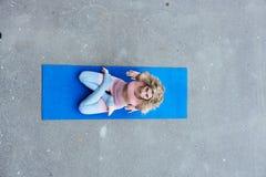 Jonge slanke blonde vrouw die yogaoefeningen maken royalty-vrije stock fotografie