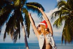 Jonge slanke sexy meisjes rode hoed van Santa Claus op Kerstmissmartphone Stock Foto