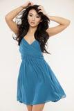 Jonge slanke sexy vrouw in blauwe kleding op witte achtergrond Royalty-vrije Stock Afbeelding