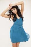 Jonge slanke sexy vrouw in blauwe kleding op witte achtergrond Royalty-vrije Stock Foto's