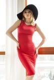 Jonge slanke sexy vrouw in rode kleding royalty-vrije stock fotografie