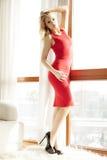 Jonge slanke sexy vrouw in rode kleding Stock Foto