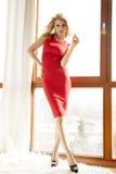 Jonge slanke sexy vrouw in rode kleding Stock Afbeeldingen