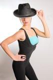 Jonge slanke vrouw in zwarte maillot en hoed Royalty-vrije Stock Foto's