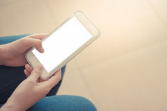 Jonge smarthphone van de vrouwenholding ter beschikking royalty-vrije stock afbeelding