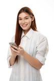 Jonge smartphone van de vrouwenholding Stock Afbeelding