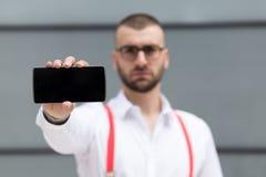 Jonge smartphone van de zakenmanholding Selectief nadruk en exemplaar s Royalty-vrije Stock Foto's