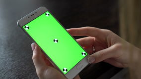 Jonge smartphone van het vrouwengebruik met greenscreen voor mededeling stock footage