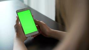 Jonge smartphone van het vrouwengebruik met greenscreen voor mededeling stock video