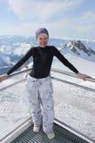 Jonge snowboardervrouw op de bovenkant van de berg Royalty-vrije Stock Fotografie