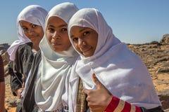 Jonge Soedanese meisjes die voor een portret stellen stock foto's