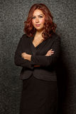Jonge Spaanse bedrijfsvrouw in zwarte uitrusting Stock Fotografie