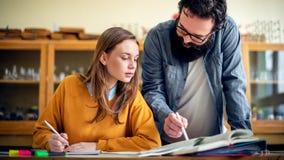Jonge Spaanse leraar die zijn student in chemieklasse helpen Onderwijs, Tutoring royalty-vrije stock afbeelding
