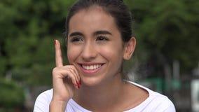 Jonge Spaanse Vrouwelijke Tiener die een Idee denken stock footage