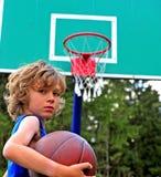 Jonge speler op het basketbalhof Stock Foto