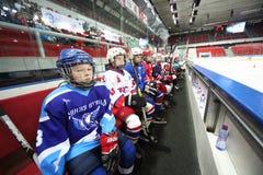 Jonge spelers die bij het sluiten van ceremonie van het kampioenschap letten op Royalty-vrije Stock Foto's