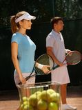 Jonge spelers op tennisbaan Stock Afbeeldingen